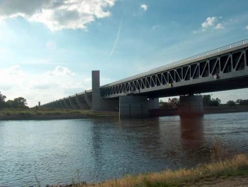 797px-Trogbrücke_Magdeburg