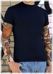 Camiseta con mangas tatuadas