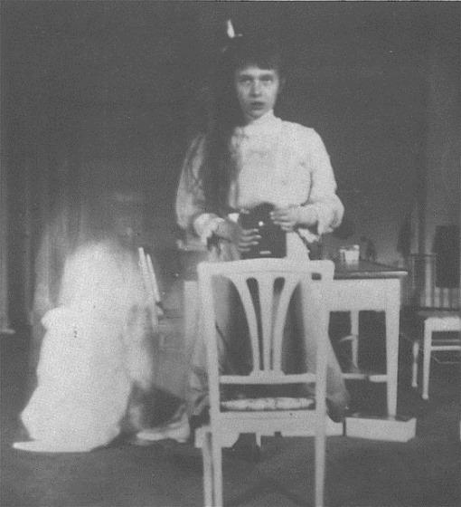 first-selfie-Grand_Duchess_Anastasia_Nikolaevna_self_photographic_portrait