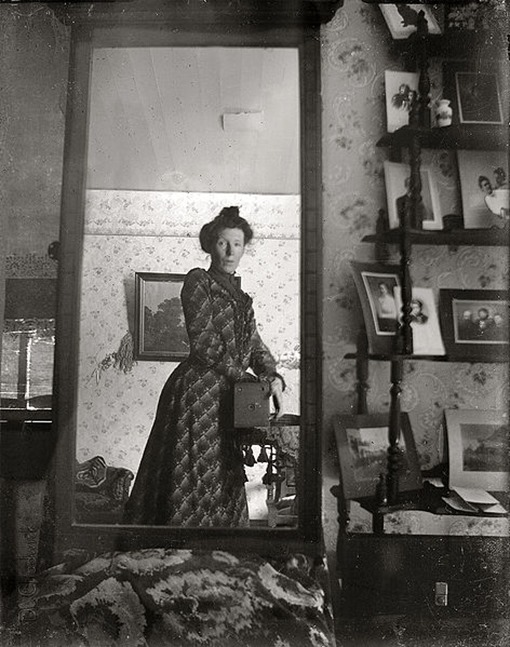 first-selfie_taking_her_own_photograph_using_a_mirror_and_a_box_camera,_roughly_1900