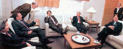 aznar-pies-sobrela-mesa-G8