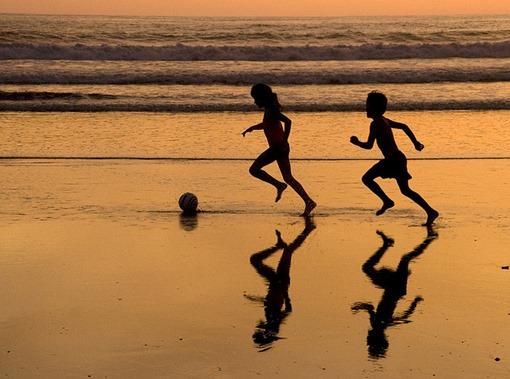 atradecer-niños-jugando-futbol