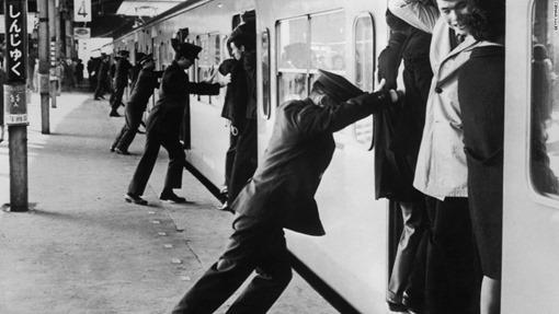 Oshiya-empujador-metro-japon-trabajos-curiosos