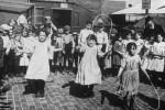 Fotografías de niños jugando a lo mismo en el S.XIX y ahora ceslava 35