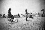 Fotografías de niños jugando a lo mismo en el S.XIX y ahora ceslava 49