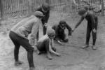 Fotografías de niños jugando a lo mismo en el S.XIX y ahora ceslava 51