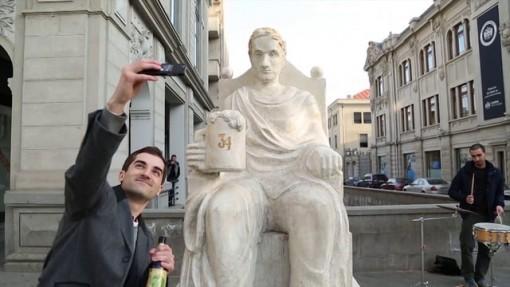 estatua amantes de cerveza